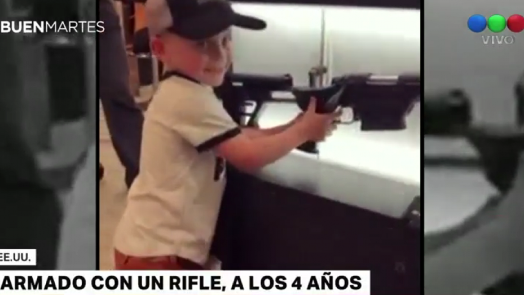 Terrible: Una periodista enseña a un niño de 4 años a usar un rifle (VIDEO)